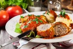 A couve enchida com carne e arroz serviu com batatas e molho de tomate fervidos foto de stock