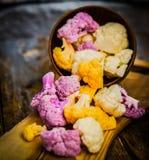 Couve-flor colorida no fundo rústico Foto de Stock