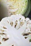 A couve-flor, couve-de-milão partiu-se ao meio perto acima Fotos de Stock Royalty Free
