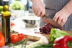 Couve profissional de Hands Slicing Purple do cozinheiro chefe foto de stock royalty free