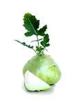 A couve-rábano fresca com uma parte e um verde cuted sae no backround branco isolado Fotos de Stock