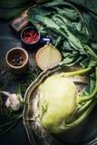 Couve-rábano fresca na mesa de cozinha escura Imagens de Stock