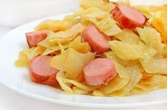 Couve Stewed com salsichas grelhadas imagem de stock royalty free