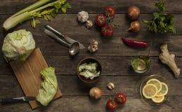 Couve, tomates, alho e cebolas na tabela de madeira velha Fotografia de Stock Royalty Free