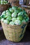 Couve verde em uma cesta Fotografia de Stock Royalty Free