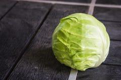 Couve verde isolada no fundo de madeira preto Fotos de Stock Royalty Free
