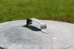 Couvercle de poubelle en métal Photographie stock libre de droits