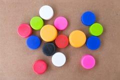 Couvercles à visser colorés de bouteille utilisés Photo stock