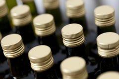 Couvercles à visser en métal sur les bouteilles en verre. Image stock