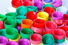 Couvercles à visser en plastique colorés de bouteille Photo stock