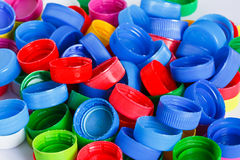 Couvercles à visser en plastique colorés de bouteille Photographie stock