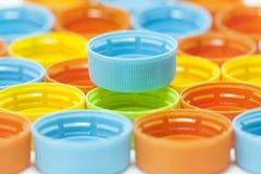 Couvercles à visser en plastique colorés de bouteille Images libres de droits