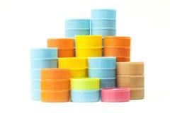 Couvercles à visser en plastique colorés de bouteille Photos libres de droits
