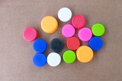 Couvercles à visser en plastique colorés de bouteille utilisés Image stock