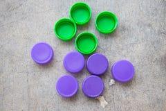 Couvercles à visser en plastique verts et violets de bouteille Photo libre de droits