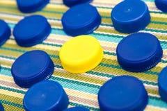 Couvercles en plastique, un dans une couleur différente Images libres de droits