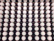 Couvercles et fioles de prescription dans une boîte Image stock
