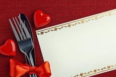 Couvert avec des formes rouges de coeur Image stock