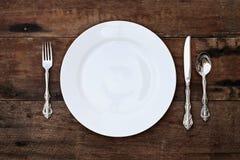 Couvert d'un ensemble dinant au-dessus de fond rustique Image libre de droits