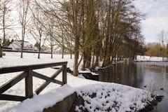 Couvert dans le lac de gel, la neige et un pont - France photo stock