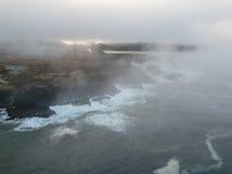 Couvert de brouillard, Rocky Shoreline en Californie du nord Image libre de droits