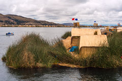 Couvert de chaume à la maison sur les îles de flottement sur le Lac Titicaca, le Pérou photos stock