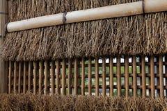Couvert de chaume et le bambou clôture le mur Photos stock