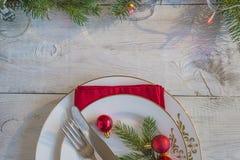 Couvert de fête pour Noël ou le dîner de nouvelle année photographie stock libre de droits