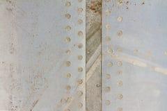 Couvert de la coque des vieux avions sur un aérodrome abandonné Photographie stock libre de droits