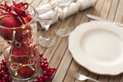 Couvert de Noël avec les décorations rouges Photographie stock