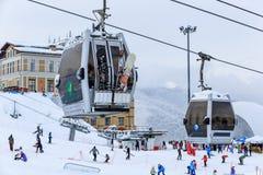 Couvert de pentes de ski de neige et d'ascenseurs de benne suspendue dans la station de sports d'hiver d'hiver de Gorki Gorod Photographie stock
