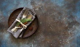 Couvert de table de Chrismas Vaisselle avec les brindilles à feuilles persistantes, Co photo libre de droits