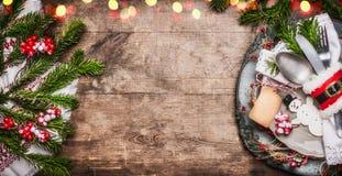 Couvert de table de Noël avec le décor de fête, le plat, les couverts, le bonhomme de neige fait main et l'étiquette vide sur le  photos libres de droits
