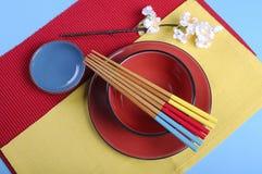 Couvert oriental japonais moderne en rouge, bleu et jaune - antenne Photo libre de droits
