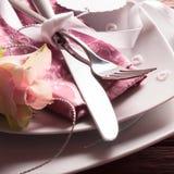 Couvert romantique avec des coeurs de Rose et de perle Photo stock