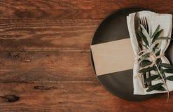 Couvert rustique de table avec la serviette de toile photo stock