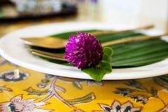 Couvert thaïlandais de café de thé et de dessert avec la fleur Photographie stock