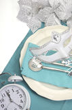 Couverts élégants de table de salle à manger de bonne année de thème bleu d'Aqua avec l'espace blanc de copie Photos stock