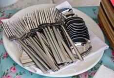Couverts argentés Beaucoup de fourchettes et cuillères sur une serviette dans un resta Photo libre de droits