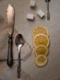 Couverts argentés de vintage, citron et raffiné sur la toile, vue supérieure photos stock
