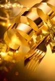 Couverts d'or, arrangements de luxe de table de Noël Le Tableau a servi au dîner de vacances de Noël Noël et nouvelle année photos stock