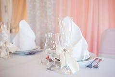 Couverts de mariage Belle disposition de table pour épouser des couples Photos stock