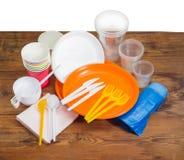 Couverts jetables différents, serviettes de papier et sacs de déchets Photographie stock libre de droits