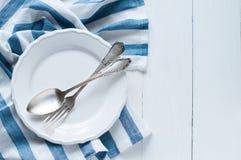 Couverts, plat de porcelaine et serviette de toile blanche Image libre de droits
