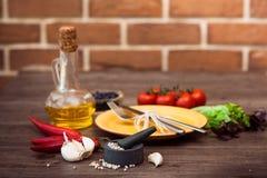 Couverts pour la viande, des légumes, des épices et l'huile d'olive horizontal Photographie stock
