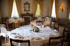 couverts proches dinant la table ronde de pièce en verre vers le haut Image libre de droits