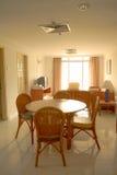 couverts proches dinant la table ronde de pièce en verre vers le haut Photos stock