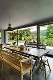 couverts proches dinant la table ronde de pièce en verre vers le haut Meubles rustiques Photo libre de droits