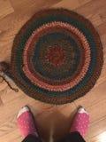 Couverture à crochet de cercle avec des pieds Photographie stock