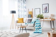 Couverture bleue et oreiller modelé Images stock